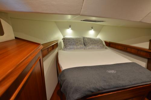 Master Stateroom on WOMBAT (fwd)